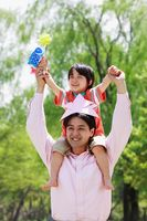 新緑の中の日本人親子とこいのぼり