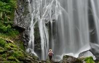 滝の渓谷を歩くハイカー