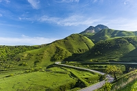 大分県 由布岳と道路