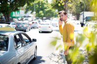 道で電話をかける外国人男性