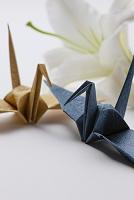 折り鶴とユリの花
