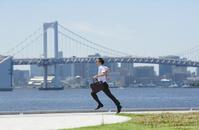 走っている日本人ビジネスマン