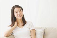 ソファに座る日本人女性