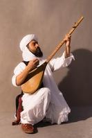 伝統楽器を演奏する外国人男性
