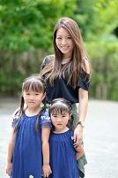 記念写真におさまる日本人親子