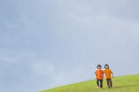草原に立つ双子の兄弟
