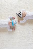仰向けに寝る日本人の赤ちゃん