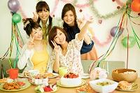 パーティーをする若い日本人女性