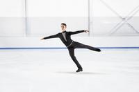 フィギュアスケートをする男性
