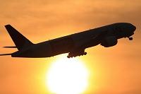 ボーイング777 夕陽バックに離陸 JAL