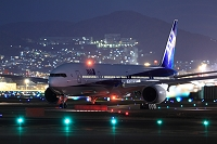 ボーイング777 夜の出発 ANA 伊丹空港