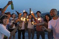 花火をする日本人の若者