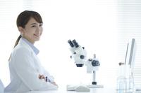 笑顔の日本人女性研究員