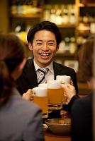ビールで乾杯する日本人ビジネスマン