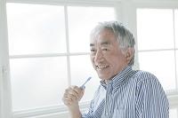歯を磨くシニアの日本人男性