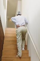 腰を痛めるシニア日本人男性