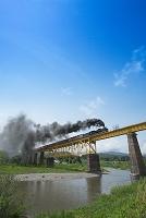 福島県 鉄橋を渡るC61型ばんえつ物語号