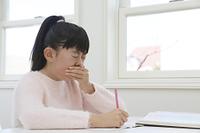 授業中に咳き込む小学生
