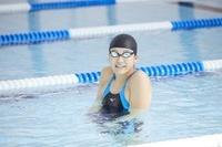笑顔の女子水泳選手