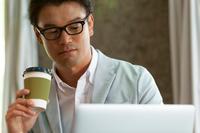 ノートパソコンを見る日本人男性