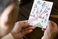 絵はがきを読むおばあちゃんの手