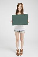 メッセージボードを持つ日本人女性