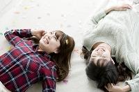 床に寝転ぶ20代日本人女性