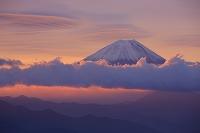 山梨県 富士川町 櫛形林道 朝焼けの富士山と吊し雲