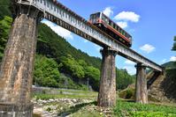 岡山県 因美線 鉄橋を渡るキハ120系普通気動車
