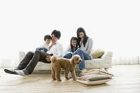 ソファーに座る日本人親子と犬