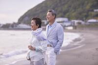 ビーチに佇むシニアカップル