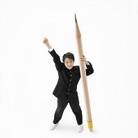 鉛筆を持って立つ男子中学生