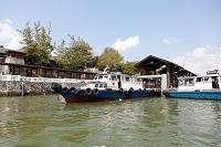 シンガポール 係留中のチャンギビレッジ~ウビン島間の定期船