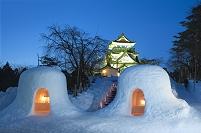 秋田県 かまくらと横手城の夕景