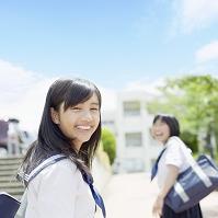 振り向く女子中学生
