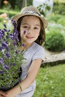 鉢植えを運ぶ女の子