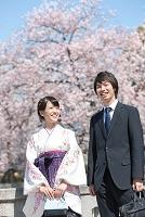 桜と笑顔の大学生