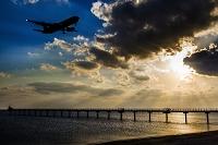 那覇空港に着陸する飛行機