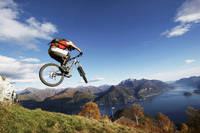 自転車でジャンプするライダー