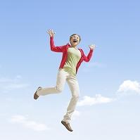 ジャンプするシニア女性