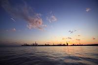 神奈川県 夕暮れの運河と工業地帯のコンビナート