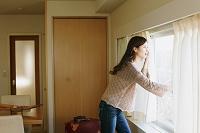 ホテルの客室の日本人女性