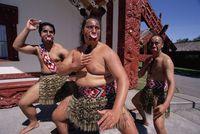 ニュージーランド 伝統舞踊を踊る男性