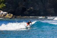 父島 サーフィンする男性