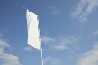 青空と白い旗