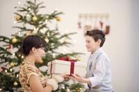 クリスマスプレゼントを渡す外国人の男の子