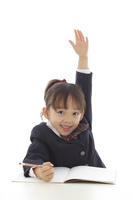 制服を着て勉強する女の子