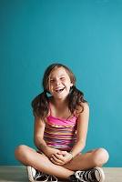 床に座って笑う女の子