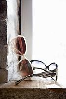 窓際に置かれたサングラス