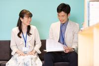 ミーティングをする日本人ビジネス男女